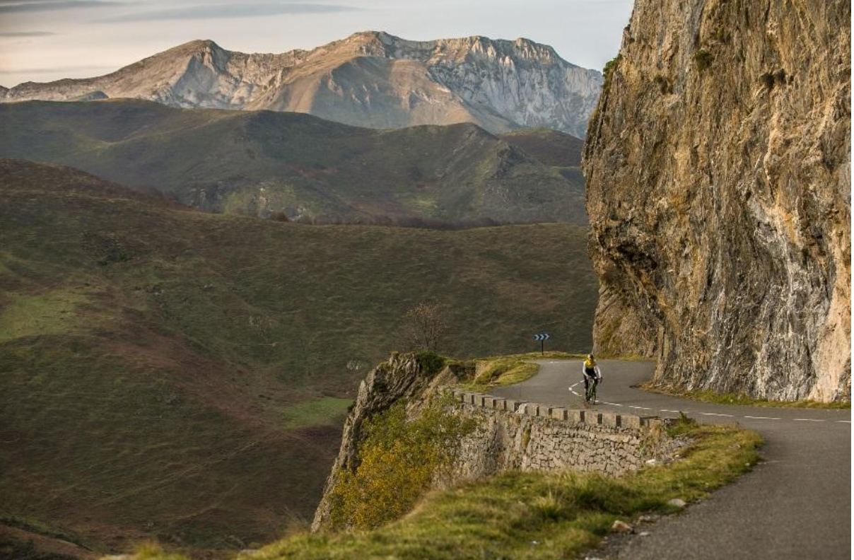 Cycling in the Pyrenees, between intimacy and legend